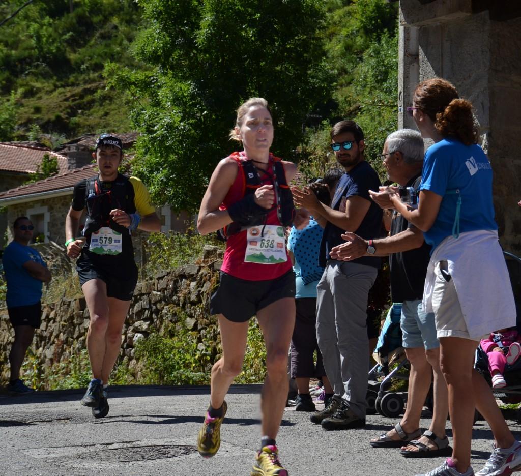 Cristina Blázquez, segunda clasificada femenina de la maratón, llegando al avituallamiento de Saliencia.